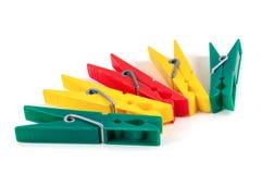 Cinq pinces à linge en plastique colorées Image libre de droits