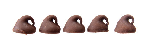Cinq puces de chocolat dans une rangée d'isolement sur le blanc Photo stock