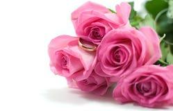 Cinq roses roses avec la boucle de mariage d'or Photos libres de droits