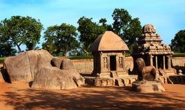 Cinq sculptures en pierre simples en mahabalipuram rathas-antique image libre de droits