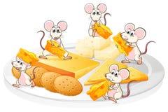 Cinq souris avec du fromage et des biscuits Image libre de droits