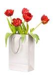 Cinq tulipes rouges dans le sac de papier argenté Photos libres de droits
