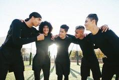 Cinq une équipe de football latérale avant le jeu Photos stock