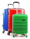 Cinq valises en plastique d'isolement sur le blanc Photographie stock libre de droits