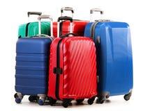 Cinq valises en plastique sur le blanc Photos libres de droits