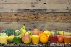Cinq verres avec des smoothies de fruits et légumes Images stock