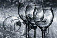 Cinq verres de vin vides Photographie stock
