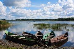 Cinq vieux bateaux en bois sur le rivage de lac Photo libre de droits