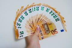 Cinquanta banconote dell'euro su un primo piano bianco del fondo fotografia stock