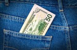 Cinquanta dollari di fattura che attacca dalla tasca dei jeans Immagini Stock
