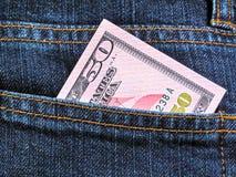 Cinquanta dollari in tasca dei jeans Immagini Stock
