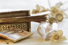 Cinquanta euro banconote e contenitori di regalo fotografia stock