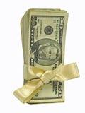 Cinquanta fatture del dollaro legate nei nastri dell'oro Fotografia Stock Libera da Diritti
