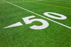 Cinquanta linea delle yard - campo di football americano Immagine Stock