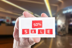 Cinquanta per cento fuori dal buono della carta di vendita di prezzi Fotografia Stock