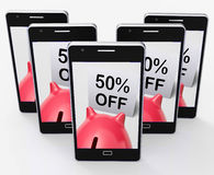 Cinquanta per cento fuori dal porcellino salvadanaio mostrano una promozione di 50 metà prezzo Fotografie Stock Libere da Diritti