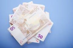 Cinquante billets de banque d'euro image stock