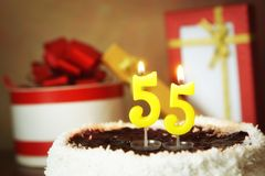 Cinquante-cinq ans d'anniversaire Gâteau avec les bougies et les cadeaux brûlants Images libres de droits