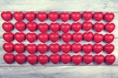 Cinquante coeurs en plastique rouges dans la ligne Image libre de droits