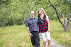 Cinquante couples heureux d'aînés en parc Photographie stock