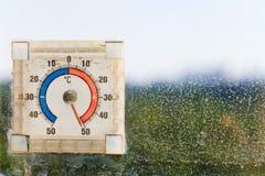 Cinquante degrés de Celsius sur le thermomètre extérieur Photographie stock