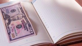 Cinquante dollars et blocs-notes américains sur la table en bois Photos stock