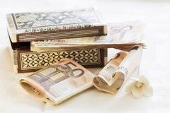 Cinquante euro billets de banque et boîte actuelle image stock