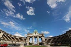 Cinquantenaire parkerar - Parc du Cinquantenaire - parkerar av den femtionde årsdagen - triumf- båge royaltyfri foto