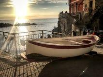 Cinque土地,在日落的Italy_小船 免版税图库摄影