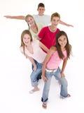 Cinque amici in un sorridere di riga Fotografie Stock Libere da Diritti