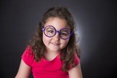 Cinque anni di ragazza con i vetri porpora Fotografia Stock
