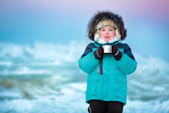Cinque anni svegli del ragazzo che beve tè caldo nell'inverno Immagini Stock Libere da Diritti