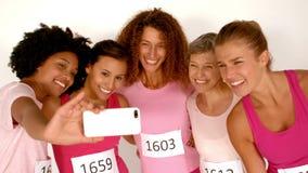 Cinque atleti femminili sorridenti che prendono un selfie stock footage