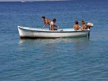 Cinque bambini nel divertimento sulla barca in mare Immagine Stock Libera da Diritti