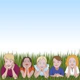Cinque bambini piccoli appoggiandosi che sgomitano su erba e su spazio per testo qui sopra Fotografia Stock Libera da Diritti