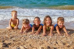 Cinque bambini sulla spiaggia Immagine Stock Libera da Diritti