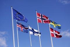 Cinque bandiere nordiche sulle aste della bandiera con la bandiera di UE La Danimarca, la Svezia, la Norvegia, la Finlandia, l'Is Fotografia Stock