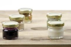 Cinque barattoli di miele dei sapori dei differents Immagine Stock Libera da Diritti