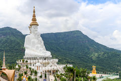 Cinque bianco Buddhas con il fondo della montagna Immagine Stock