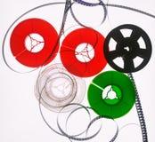 Cinque bobine di film colorato su un blackground bianco immagini stock