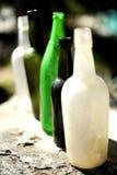 Cinque bottiglie vuote allineate Immagini Stock Libere da Diritti