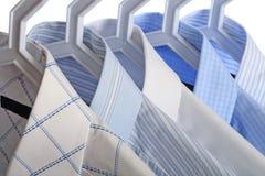 Cinque camice bianco-e-blu Immagini Stock Libere da Diritti