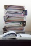 Cinque cartelle con i documenti impilati in un mucchio sulla tavola Fotografia Stock Libera da Diritti