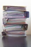 Cinque cartelle con i documenti impilati in un mucchio sulla tavola Fotografie Stock