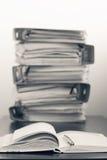 Cinque cartelle con i documenti impilati in un mucchio sulla tavola Blac Fotografie Stock