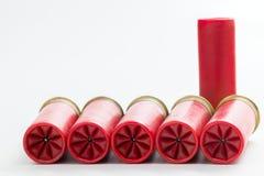 Cinque 12 cartucce per fucili a canna liscia del calibro che mostrano la piegatura concentrare Fotografie Stock Libere da Diritti