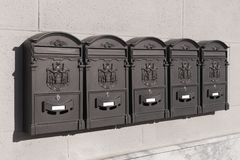 Cinque cassette delle lettere del metallo fotografia stock libera da diritti