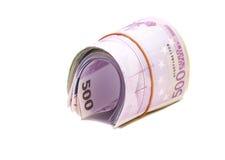 Cinque centesime euro banconote sotto l'elastico immagini stock libere da diritti
