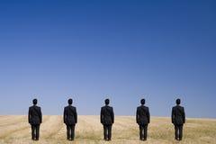 Cinque che si levano in piedi sul campo Fotografia Stock Libera da Diritti