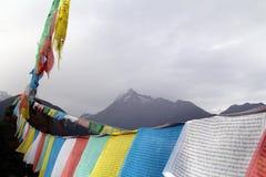 Cinque colori delle bandiere di buddismo tibetano Fotografia Stock Libera da Diritti